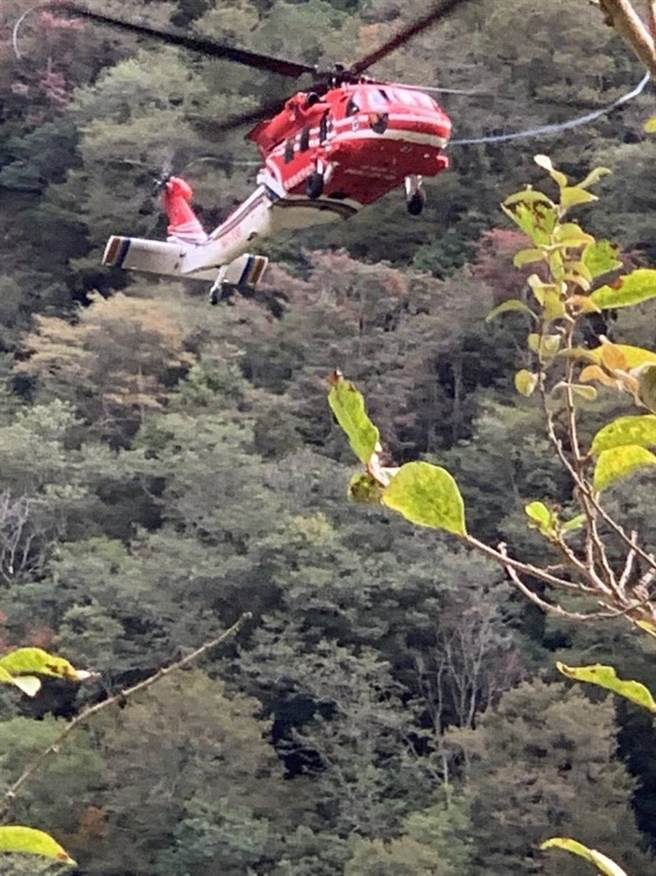 消防隊4日上午8時45分於崩塌地溪谷中發現黃男遺體,目前嘗試以直昇機吊掛遺體。(南投消防隊提供/黃立杰南投傳真)