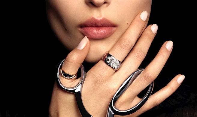 COCO CRUSH 香奈兒珠寶自由搭配變身時尚達人。(圖/品牌提供)