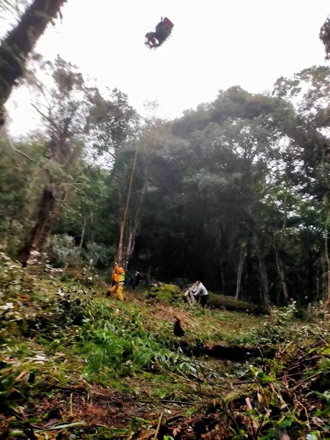 兄弟前往富里鄉深山採草藥逾20天,今天由直升機救援脫困。(空勤第三大隊提供/王志偉花蓮傳真)