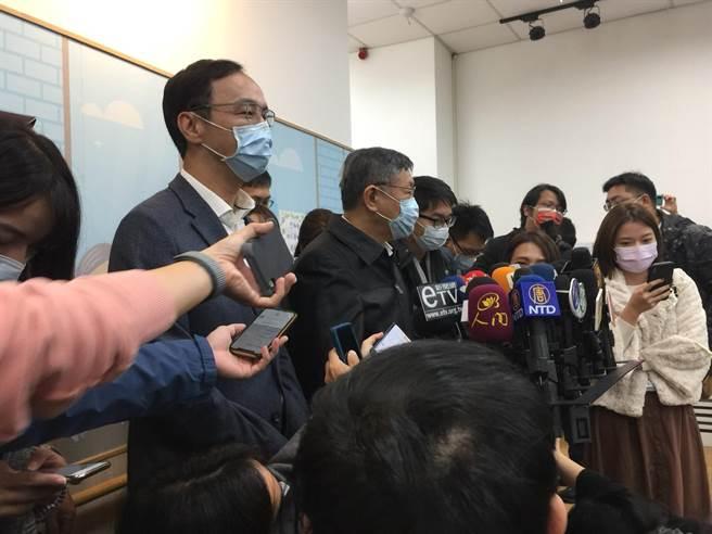 台北市長柯文哲4日受邀參加銀光未來創新協會推出「銀光守護貼推廣體驗計畫」活動。(張立勳攝)