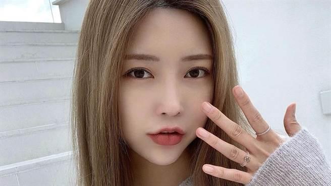 Somi (崔素美)在IG上曬出性感水蛇腰,令粉絲大噴鼻血。(圖/IG@cxxsomi)