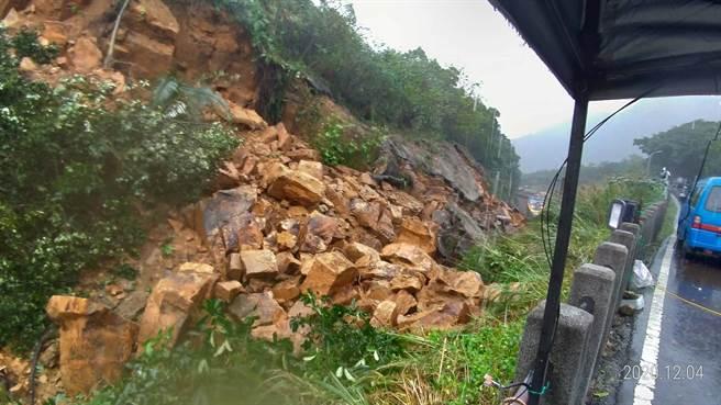 台鐵好不容易搶修完畢,又因大雨導致大規模土石崩落。(圖/翻攝臉書靠北台鐵)