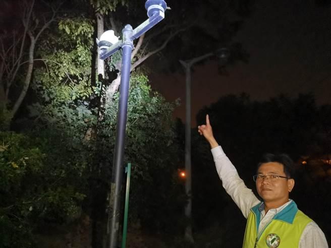 位於在84號快速道路頭社交流道旁的「西拉雅親子公園」遊客稀少,多處設施損壞,台南市議員陳秋宏夜晚前往巡視,指景觀燈不知破損多久了,公園一片漆黑。(劉秀芬攝)