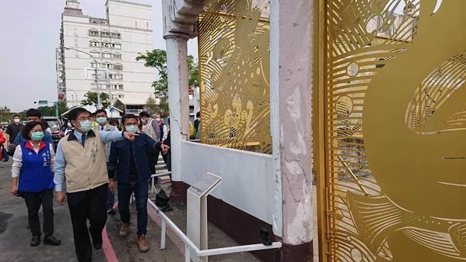 台南市長黃偉哲(米黃夾克者)看著舊魚市場藝術改造稱讚賦予新的生命。(程炳璋攝)