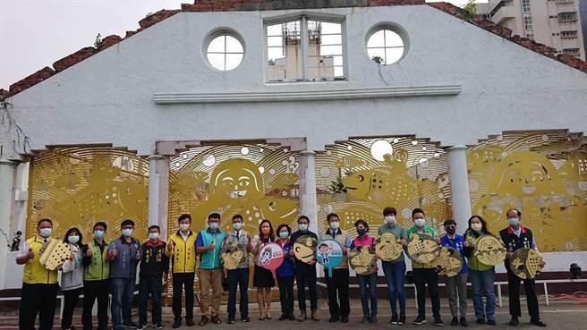 台南市長黃偉哲(右七)與民代、市府官員一起見證舊魚市場經過藝術牆活化。(程炳璋攝)