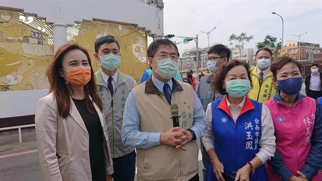 台南市長黃偉哲(米黃夾克者)認為舊魚市場的藝術活化,連接河樂廣場,帶動周邊的觀光商機。(程炳璋攝)