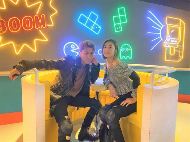 邱宇辰(左)、席惟倫的老派滑輪約會。(迪克斯娛樂提供)