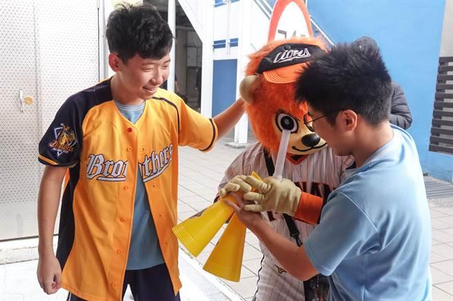 統一獅吉祥物參加德光中學運動會,巧遇象迷學生踢館。(統一獅提供)