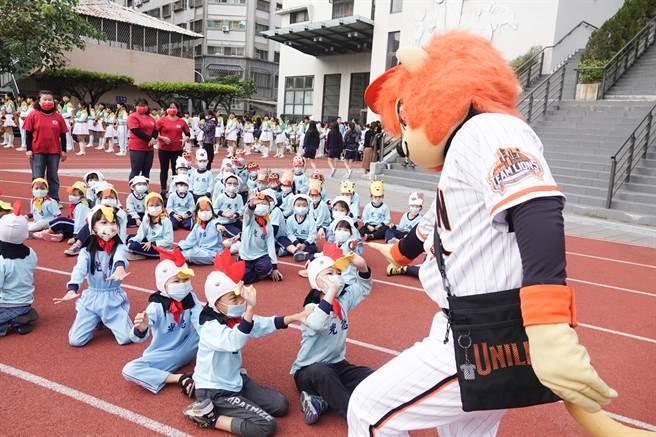 統一獅吉祥物萊恩受到小朋友歡迎。(統一獅提供)