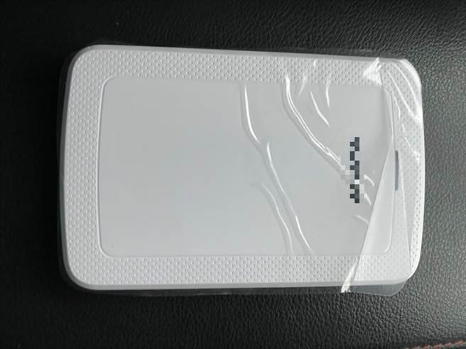 張男購買全新1T隨身硬碟,上面封膜未拆,硬碟內卻有300G容量的影片。(民眾提供/莊旻靜新竹傳真)