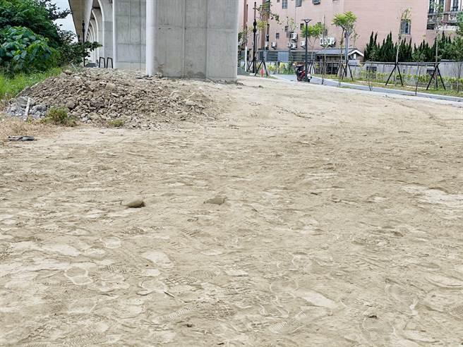 台鐵頭家厝火車站的高架橋下黃土裸露,冬天東北季風發威,漫天塵土,附近居民苦不堪言。(王文吉攝)