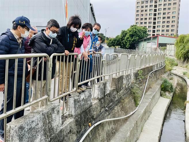 立委楊瓊瓔、市議員賴朝國邀集相關單位會勘四尺八分線淹水問題。(王文吉攝)