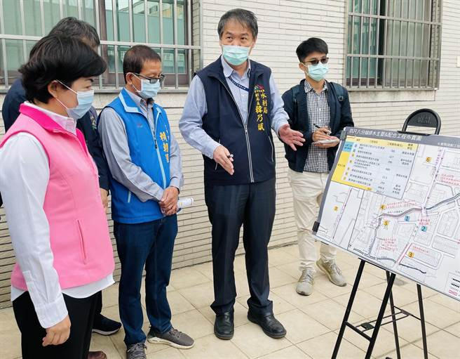 立委楊瓊瓔(左一)、市議員賴朝國邀集相關單位會勘四尺八分線淹水問題。(王文吉攝)