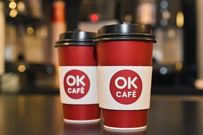 OK超商宣布攜手華人首位取得ACS認證國際咖啡認證的專業咖啡師,替OK CAFE嚴選出「伊帕內瑪莊園日曬豆」,將咖啡質感再提升。圖/業者提供