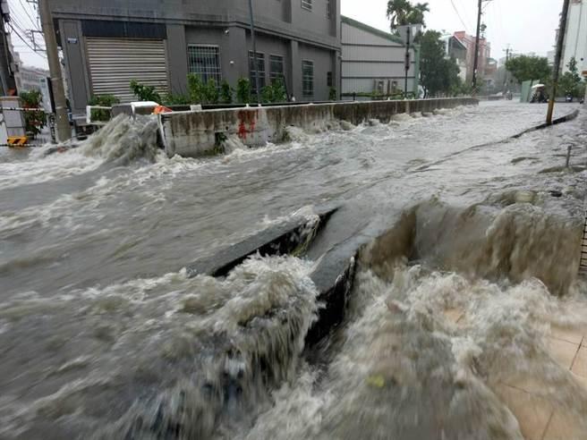 豪大雨造成四尺八分線溢流,導致雅豐街淹水。(楊瓊瓔服務處提供/王文吉台中傳真)