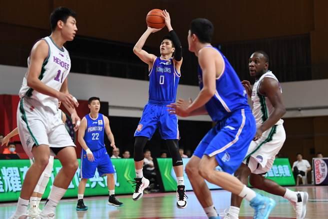 林庭謙(中)終於打出加盟CBA代表作,貢獻生涯新高28分,外加6助攻、3籃板、3抄截與2火鍋。(新華社)