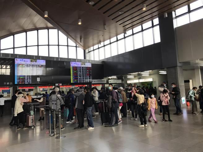 台鐵瑞芳猴硐間因連續大雨,鐵路已斷。台鐵花蓮車站湧入大批退票與等候的人潮。(王志偉攝)