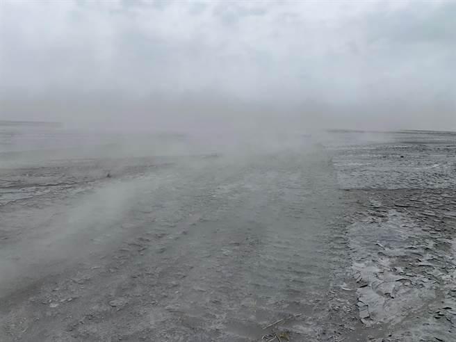 進入冬季枯水期,又遇到東北季風發威助攻,濁水溪河床乾燥的裸露灘地,飛砂走石。(彰化縣環保局提供/吳敏菁彰化傳真)