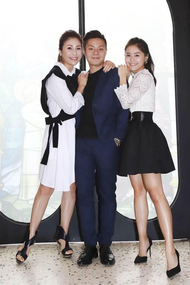 梁佑南(左起)4日带龙凤胎儿女方璇、方琦出席媒体餐叙。(民视提供)