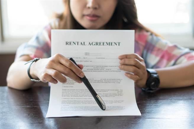 房東嚇壞付了3個月訂金要求女房客搬走。(示意圖/Shutterstock)