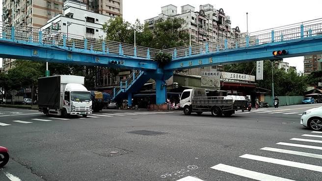三峽光明陸橋使用率低,區公所明年初將試辦封閉1個月,若無反彈聲浪,將上報養工處拆除。(圖由新北市議員蘇泓欽提供)