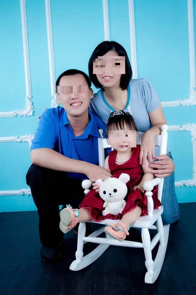 高學歷的宮女(後右)與陳(後左)2人原姐弟戀修成正果,生下大女兒後一家人甜蜜合影,如今殺妻棄屍,令人不勝唏噓。(翻攝臉書)