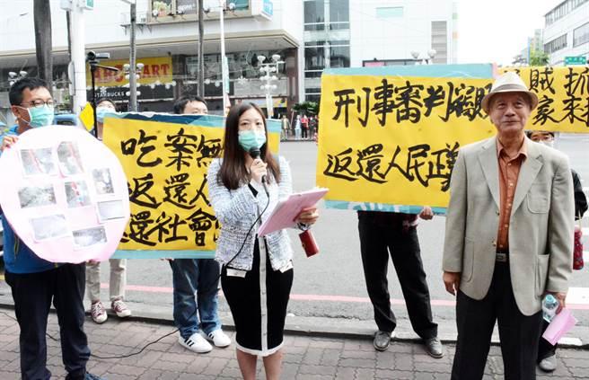 主人電台不滿損毀案件遲遲未開庭,4日聚眾到屏東縣警局抗議。(林和生攝)