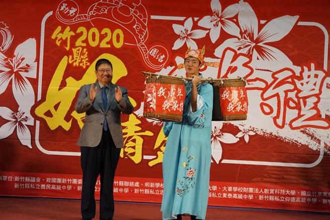 新竹縣政府首度舉辦「2020竹縣好青年成年禮活動」,縣長楊文科(左)將象徵「我成年、我承擔」的擔子交給學生代表,期許青年成年後更具責任與使命感。(莊旻靜攝)