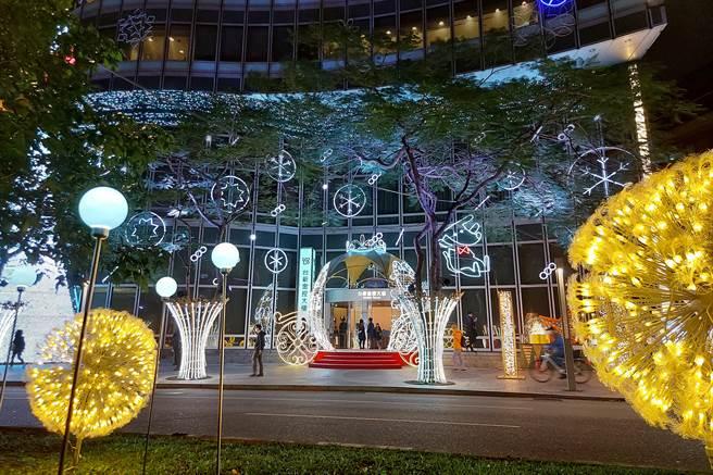 台新金控今日在臺北市仁愛圓環旁的總部大樓進行聖誕點燈活動。(台新提供)