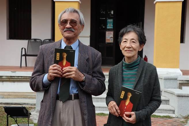 台南市文化局出版台南藝術家劉耿一自傳《自畫像》,劉耿一(左)與夫人曾雅雲4日回到其父劉啟祥於柳營故居發表。(劉秀芬攝)