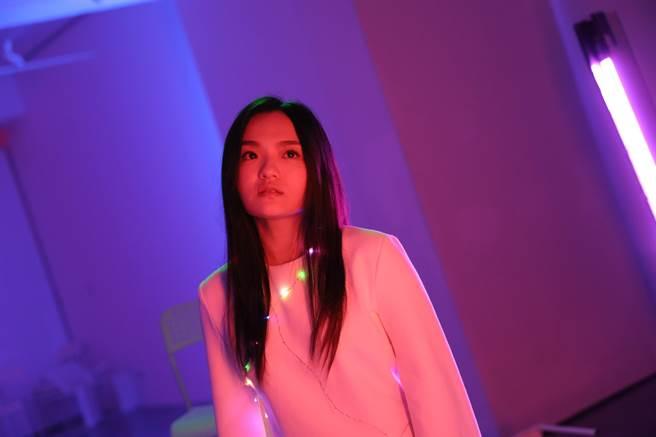 徐佳瑩〈沒顏色的花〉MV劇照。(滿滿額提供)