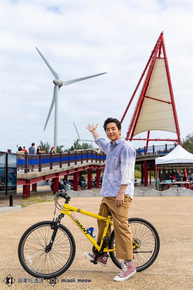 藝人坤達體驗騎乘自行車遊竹南。(苗栗縣政府提供/巫靜婷苗栗傳真)