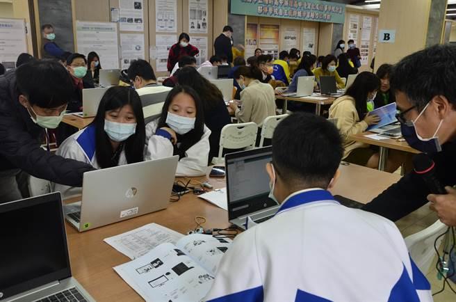 陽明高中4日的工作坊展現學校特色,藉由筆電和偵測設備了解聲音傳遞。(賴佑維攝)