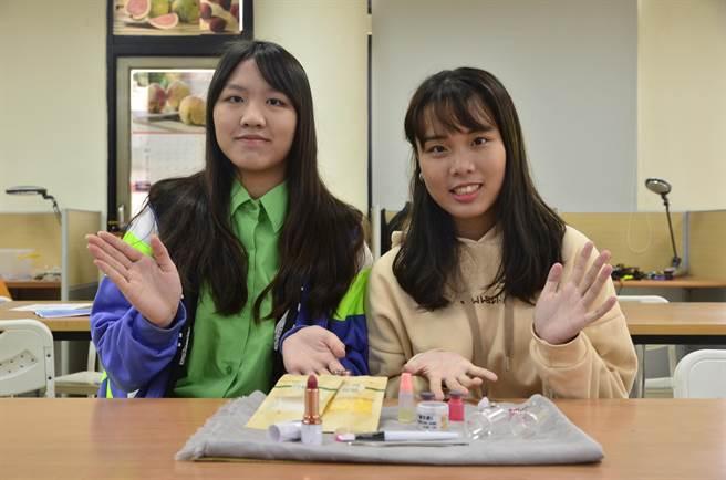 武陵高中學生黃姿瑄(左)、游芷涵(右)因為會化妝,在自主學習選擇自製口紅,對於成果2人也相當滿意。(賴佑維攝)