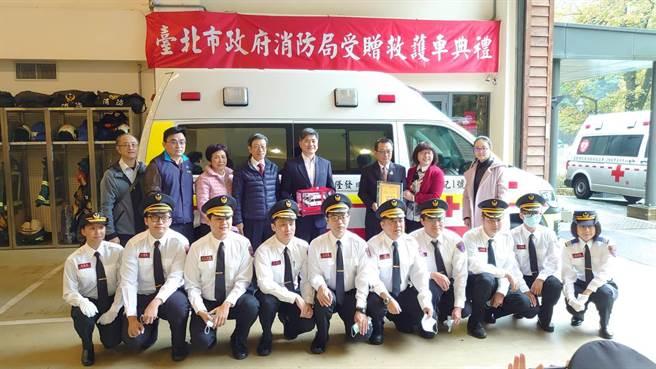 严隆发捐赠高顶救护车一辆,由北市消防局长吴俊鸿代表受赠。(翻摄照片/林郁平台北传真)