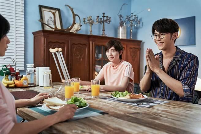 汪東城在劇中為女友做早餐。(八大電視提供)