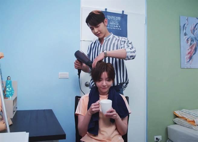 汪東城幫郭雪芙吹頭髮。(八大電視提供)