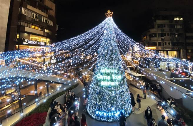 「Wishes come true 心中山X南西許願季」以10米高耶誕樹,搭配400顆銀白色與湖水藍色的耶誕球打造白色瀑布。(圖/品牌提供)