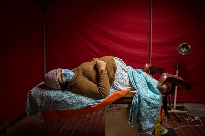 秘魯20歲女性塔芙在臨盆前一刻接獲噩耗,得知自己感染新冠肺炎。(圖/美聯社)