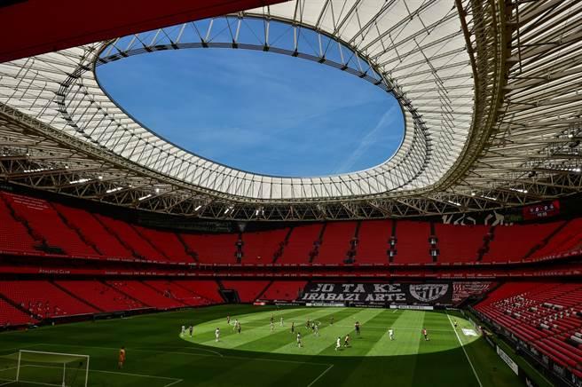 7月5日西甲足球勁旅畢爾包競技對上皇家馬德里的比賽幾乎空無一人。(圖/美聯社)