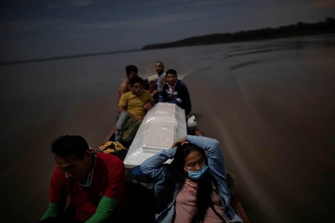 即便要搭船4個小時,巴巴朗的親戚也堅持要將他的遺體運回故鄉。(圖/美聯社)