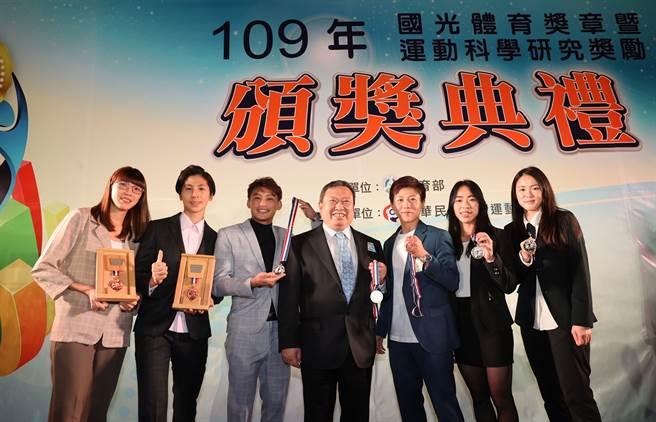 國光體育獎章頒獎典禮中華奧會林鴻道主席與黃金計畫選手合照。(體育署提供)
