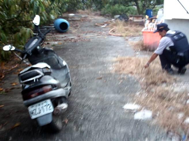 南化雙屍命案兇嫌準備棄屍,農婦柯玉梅不小心撞見,慘遭殺害,現場留下騎乘的機車。(資料照片/潘杏惠翻攝)