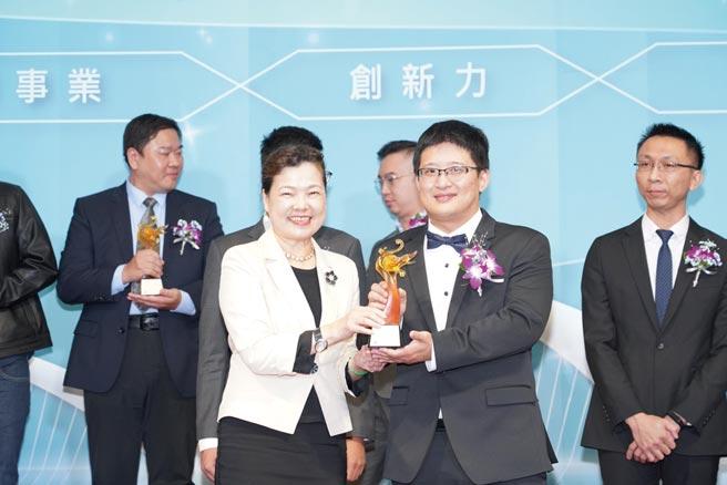 錫德斯生醫獲頒「第19屆新創事業金質獎」;經濟部長王美花(前排左)、錫德斯生醫總經理曾敬凱(前排右)。圖/業者提供