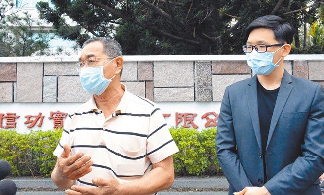 信功經理楊旻叡(右)與藍姓前廠長昨受訪強調,消防安檢是例行公事,盼外界勿過多政治聯想。但因不少因素太巧合,很難不讓人聯想。(林和生攝)