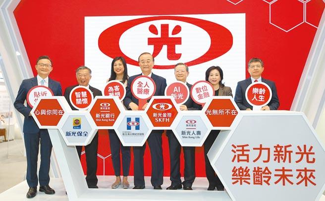 2020台湾医疗科技展3日开幕,参展的新光医院也热闹开展,由院长侯胜茂(中)及新光金控总经理吴欣儒(左三)等贵宾一同主持开幕仪式。(郑任南摄)