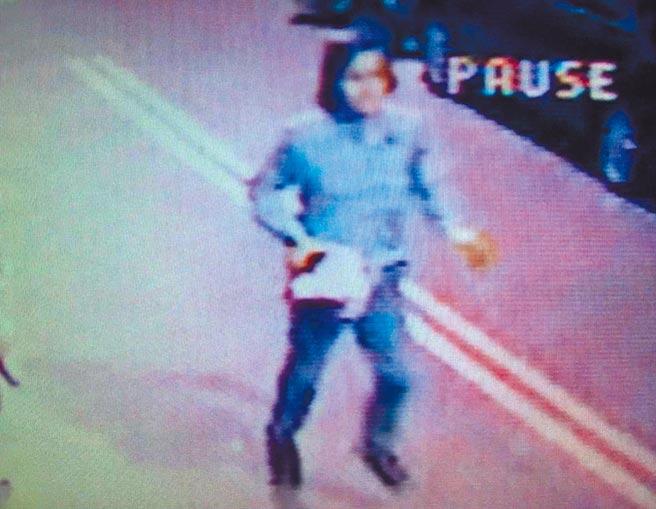 13年前鳳山王姓計程車司機命案,獲得開啟再審卻在無罪及無期徒刑間徘徊的林金貴,警方當年發布的查緝專刊,公布的凶嫌身形畫面,畫面中的嫌犯明顯蓄及肩的長髮。(本報資料照片)