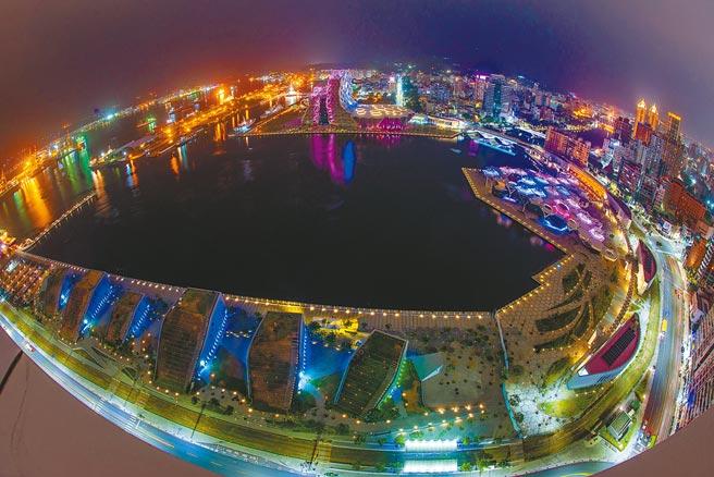 高雄市長陳其邁宣布今年跨年首度移至港灣舉辦,用跨港市的雙舞台「點亮高雄港」。(高雄市政府新聞局提供/林宏聰高雄傳真)