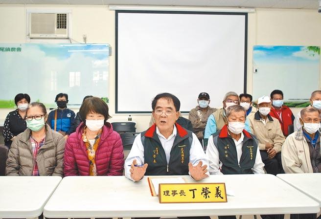 雲林縣虎尾鎮農會理事長丁榮義(前左三)指控總幹事黃鈺惠誹謗,將提出告訴。(張朝欣攝)
