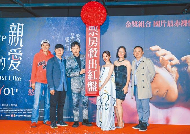 喜翔(左起)、導演賴孟傑、鄭人碩、邱偲琹、黃采儀、鄭志偉昨出席《親愛的殺手》首映會。(吳松翰攝)